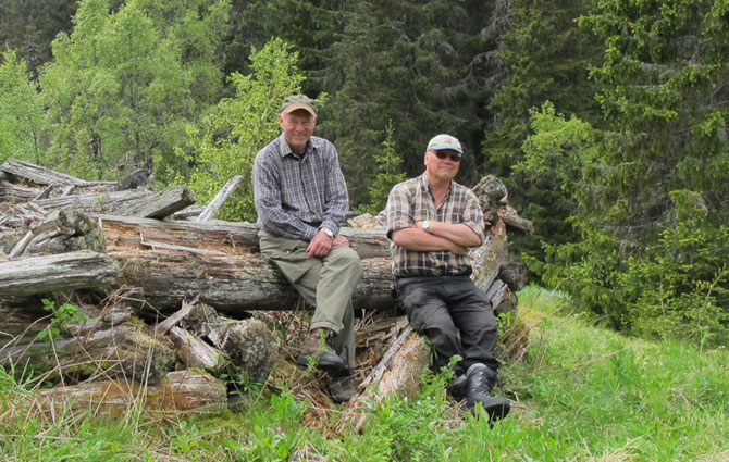 Prisvinnerne Helge Markussen (til venstre) og Thorbjørn Wahlstrøm på jakt etter stulsminner i Sauheradfjella. Foto: Helge Markussen