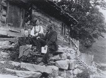 Konservator Rikard Berge i samtale med informant Margit Tveiten i Grungedal. Bak sit kona Johanna Bugge Berge.