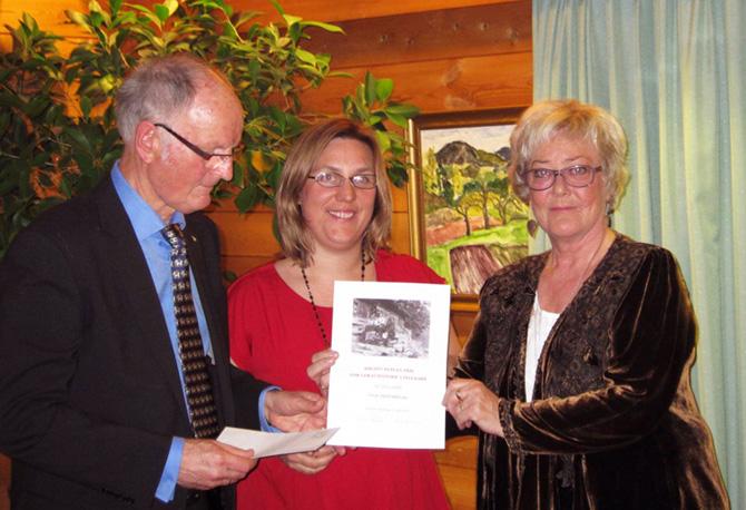 Leiar av skriftstyret i Vinje Historielag Øystein Løk og styremedlem Aud Groven tok imot prisen på vegne av Vinje Historielag. Prisen blei overrakt av Ellen Rodvang( i midten) som leiar av komiteen.