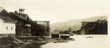 """Ferjepråm, dampbåten """"Norsjø"""" og den nye brua for tog og bil på Akkerhaugen rundt. 1920"""