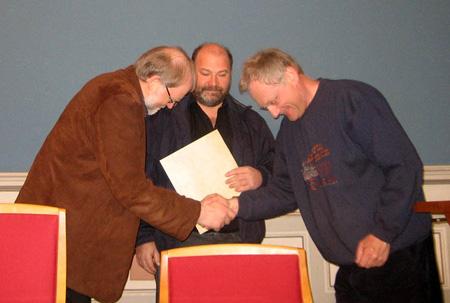 Ragnvald Christenson (til venstre) og Ragnar Lurås får prisen for 2007 av Tor Kjetil Gardåsen frå komiteen på seminaret i Porsgrunn 21. april.