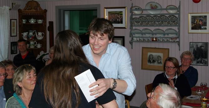 Øystein Morten takkar Sigrid Bø for prisen for 2009.