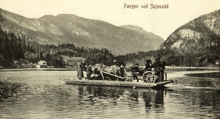 Ferja ved Spjotsodd frakta folk og fe over Kviteseidvatnet.