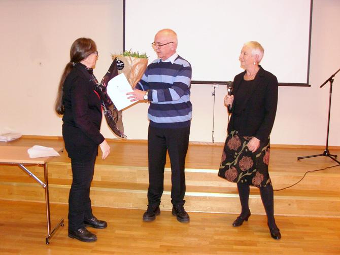 Ingulv Burvald får prisen av Sigrid Bø og Anne Haugen Wagn.